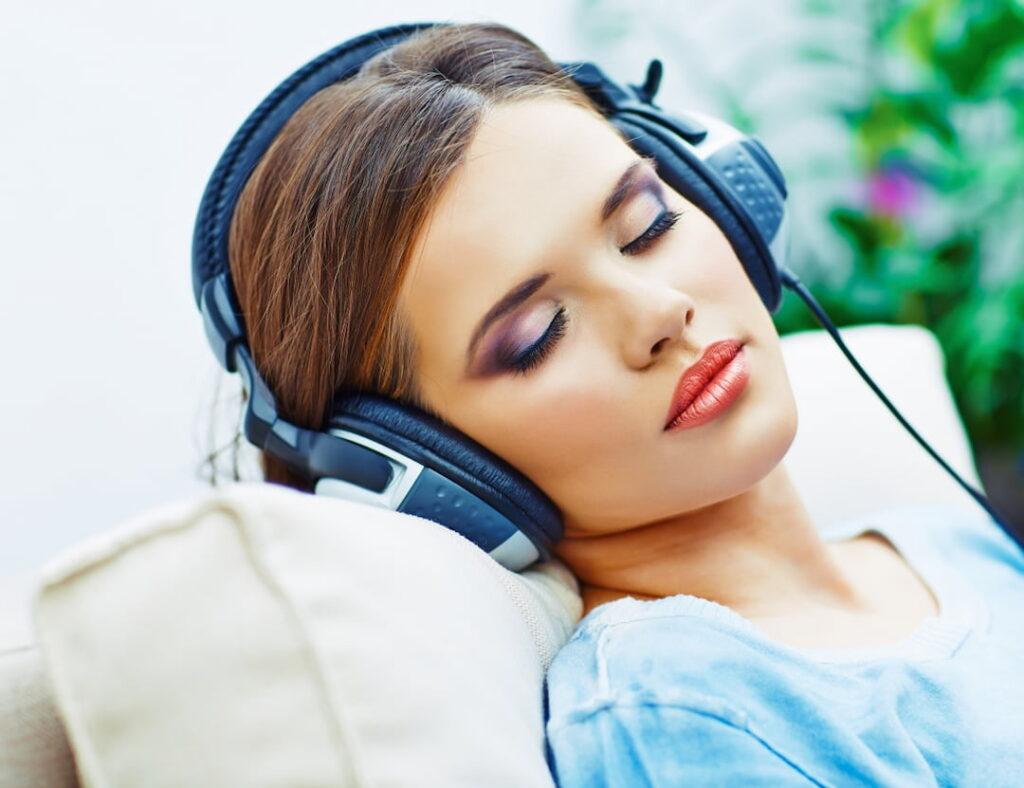 a woman listening hypnosis audio